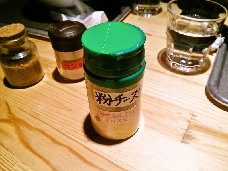 麺屋まるげん_粉チーズ