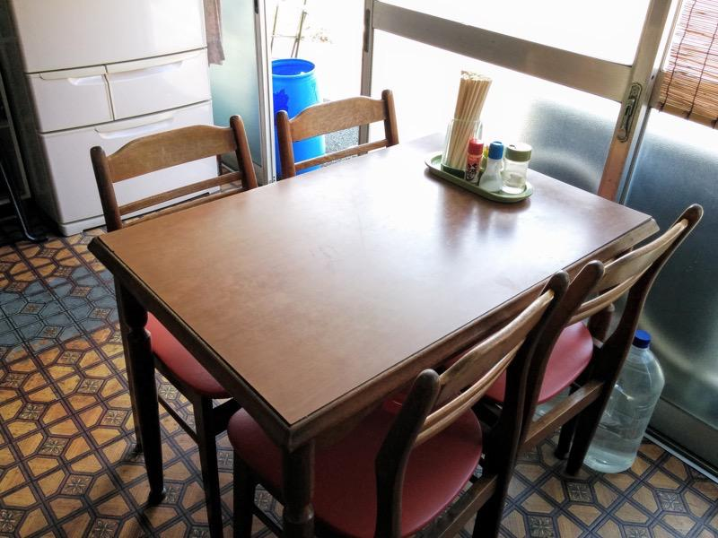 東天ラーメン テーブル席