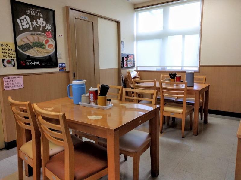 岡本中華 テーブル席