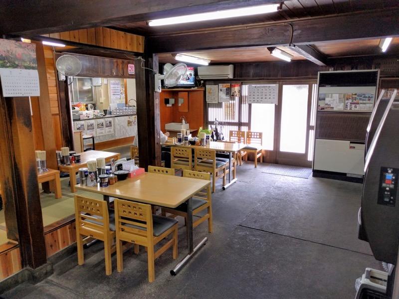 坂内食堂 テーブル席2