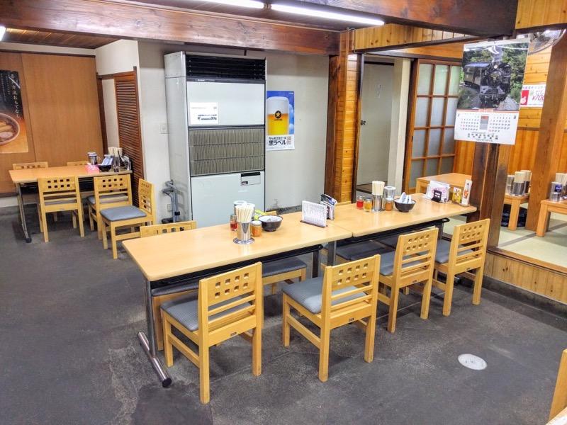 坂内食堂 テーブル席1